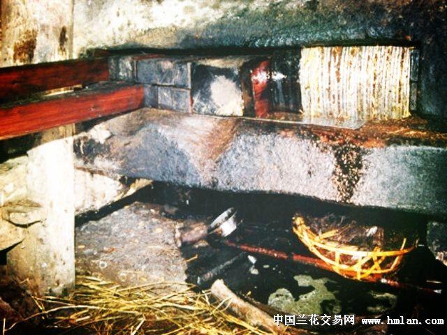 金黄色晶莹透亮的茶油(当地人称清油)淅淅沥沥沿着榨槽,经过棕树树衣